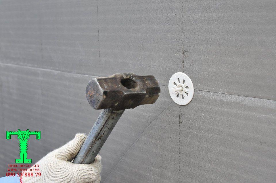 Lắp nở vít nhựa vào lỗ khoan