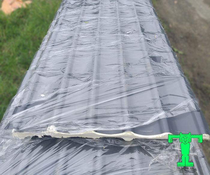 Tôn giả ngói cách nhiệt có cấu tạo 3 lớp dày dặn với lớp tôn nên có dập hình sóng ngói