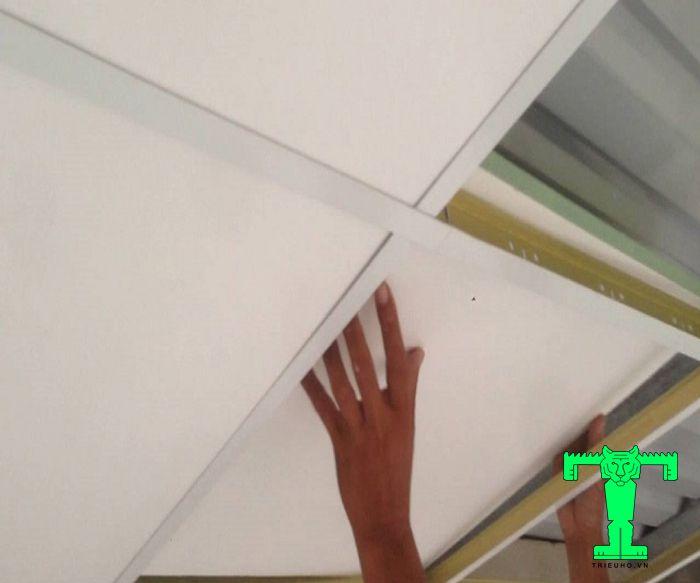 Sau đó khi khung kèo được chuẩn bị xong thì chỉ việc thả tấm trần xốp XPS cách nhiệt lên
