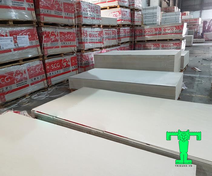 Tấm cemboardThái Lan có cấu tạo bao gồm: xi măng portland SCG, cát silica và sợi Cellulose tinh chế.