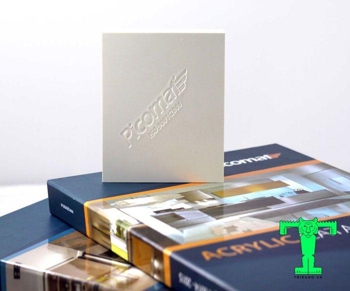 Tấm nhựa Picomat có thành phần chính là bột nhựa PVC, có màu trắng (là tấm tiêu chuẩn)