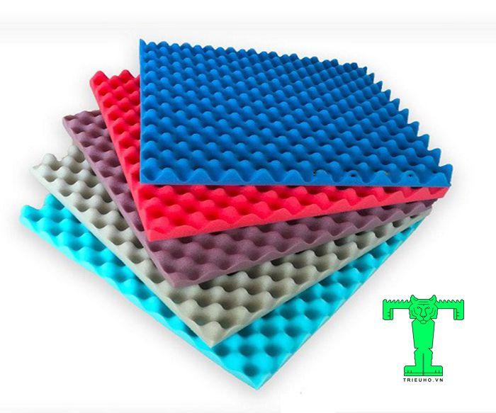 Thi công mút tiêu âm cho phòng thu mini tại nhà nên sử dụng mút trứng, mút kim tự tháp cho bề mặt phẳng. Còn góc chết dùng loại mút tiêu âm góc