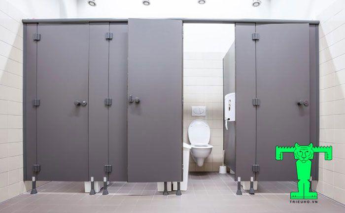 Vách Compact không bị biến dạng, cong vênh, trầy xước, dễ dàng lau chùi vệ sinh.