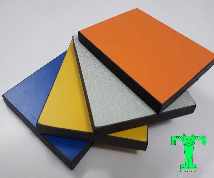 Vách ngăn Compact có cấu tạo nhiều lớn, rất cứng, chịu nước tốt, màu sắc đa dạng