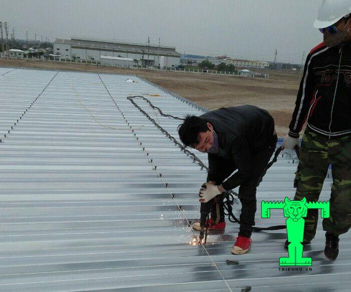 Lợi ích sử dụng sàn deck không thể bỏ qua đó là thi công đơn giản những vẫn đảm bảo độ an toàn cho công trình