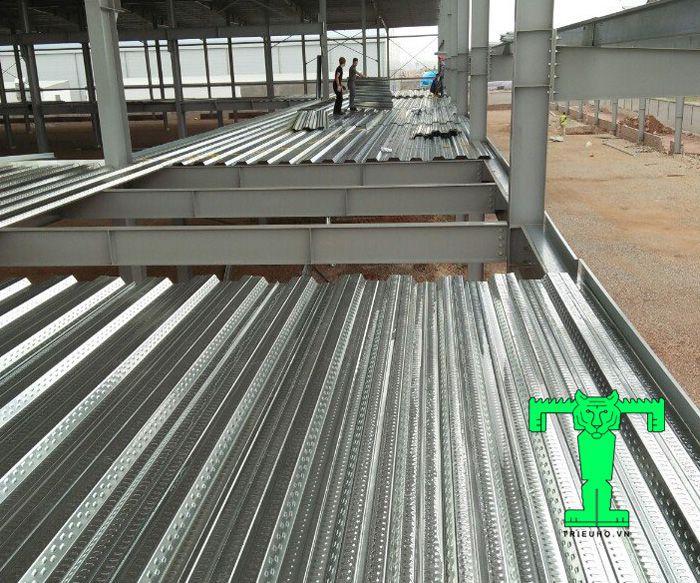 Lợi ích sử dụng sàn deck nổi bật nhất trong xây dựng đó là tăng tốc độ thi công và tiết kiệm thời gian và chi phí