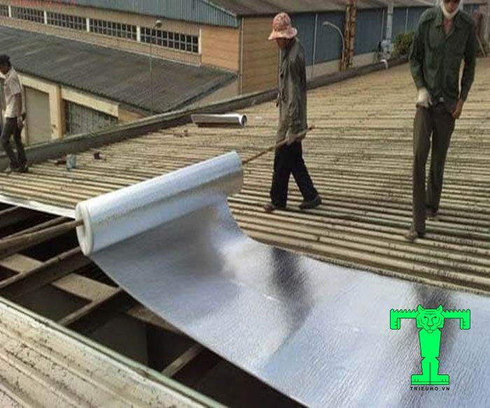 Để mút xốp được cố định luôn trên khung mái. Chúng ta cần thi công cuốn chiếu. Tiến hành lắp đặt song song cảtấm cách nhiệt PE OPP và tôn mái.