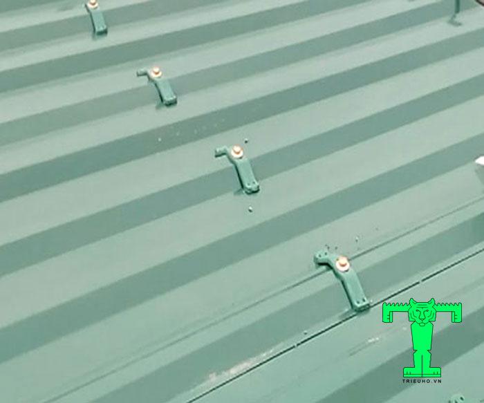 Cùm chống bão sử dụng ở hầu hết các công trình lợp mái tôn hiện nay